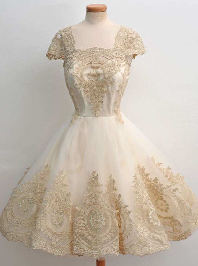 Simple-dress / A-Line Square Knee-Length Cap Sleeves Champagne Tulle Homecoming Dress with Appliques