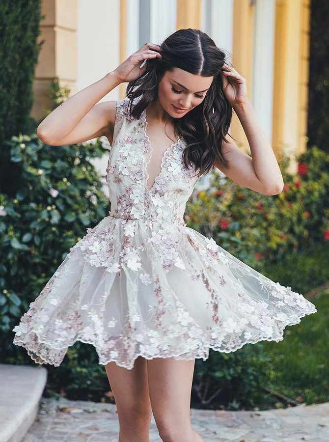 A-Line V-Neck Sleeveless Short White Tulle Homecoming Dress with Appliques фото